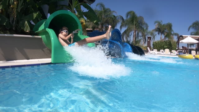 vídeos de stock, filmes e b-roll de menino feliz no escorrega no resort hotel - hotel