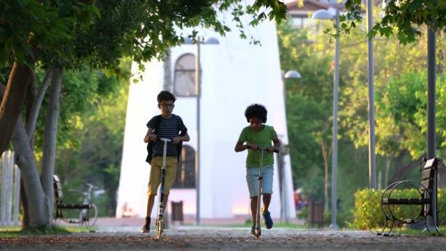 Happy Boys mit Roller in einem park