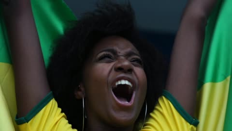 glad brasilianska fläkt firar i en fotbollsmatch - åskådare människoroller bildbanksvideor och videomaterial från bakom kulisserna