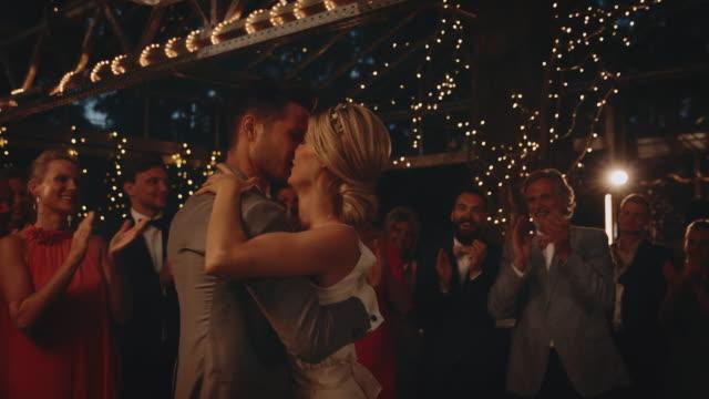 vidéos et rushes de mariée heureuse et danse d'époux parmi des invités - jeunes mariés