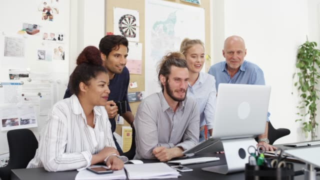 vidéos et rushes de gens d'affaires heureux regardant l'ordinateur portatif en pause - entrepreneur