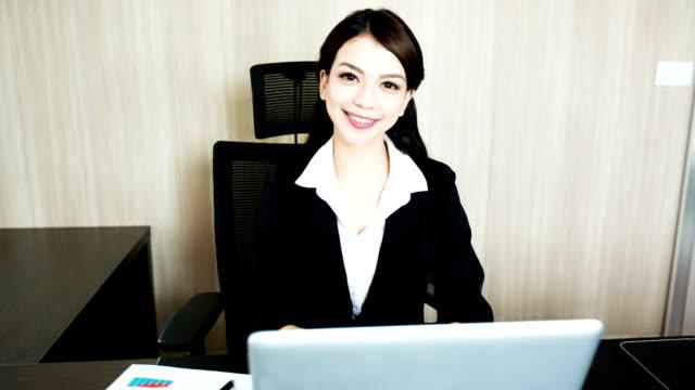 vídeos de stock e filmes b-roll de feliz sorridente mulher de negócios - só uma rapariga
