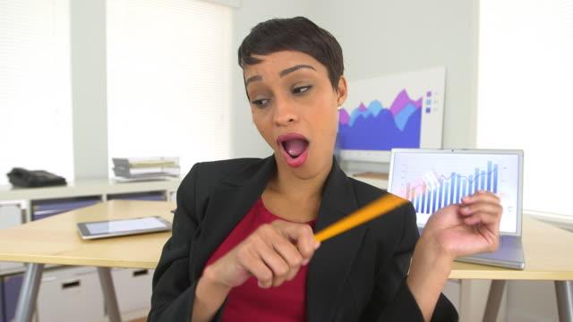 vídeos y material grabado en eventos de stock de happy business woman dancing and drumming with pencils at desk - diagrama