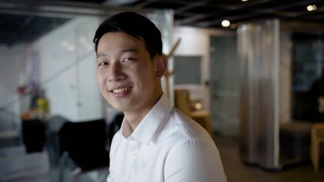 vídeos de stock, filmes e b-roll de homem de negócios feliz no espaço co-working - asiático