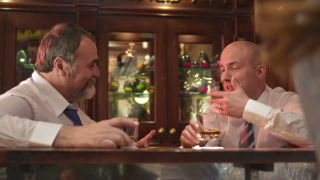 vídeos y material grabado en eventos de stock de hd: felices empresarios celebrar el éxito. - hombres maduros