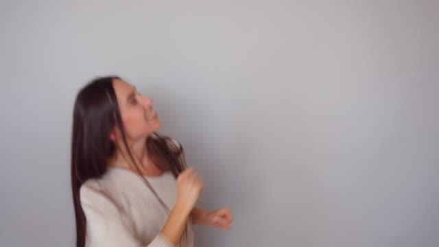 vidéos et rushes de heureux, femme de race blanche se réjouit tout en effectuant une danse de victoire - joie
