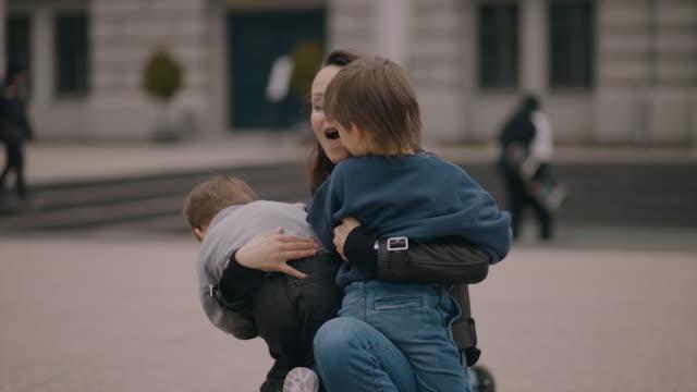 vídeos y material grabado en eventos de stock de happy cheerful mom catches and hugs two twin boys. they laugh and have perfect family time - familia con dos hijos