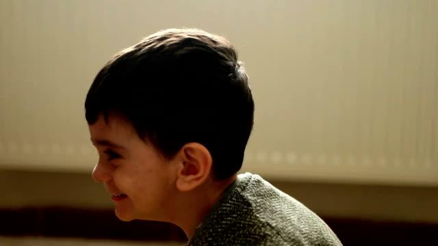 vidéos et rushes de enfant heureux - 2 3 ans