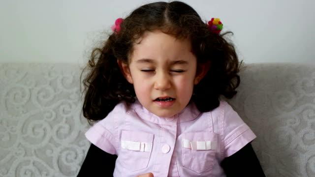 vídeos de stock, filmes e b-roll de piscadelas de criança feliz - piscando atividade