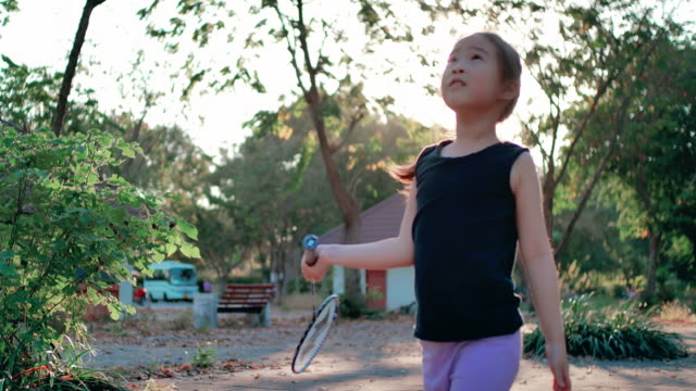 vidéos et rushes de slo mo happy enfants fille jouant au badminton - badminton sport