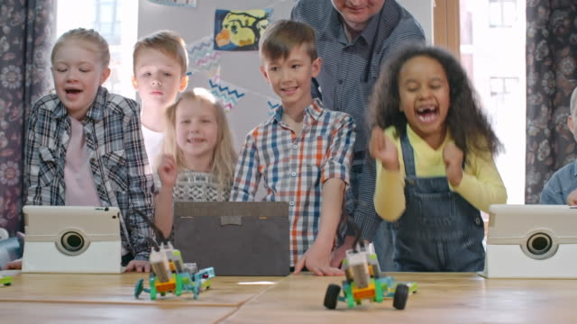 vídeos de stock, filmes e b-roll de happy children watching robots in action - stem assunto