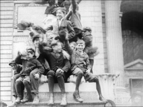 b/w 1927 happy children waving to camera / newsreel - 1927年点の映像素材/bロール