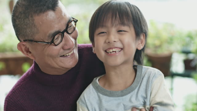 happy chinese großvater kitzeln enkel - enkel stock-videos und b-roll-filmmaterial