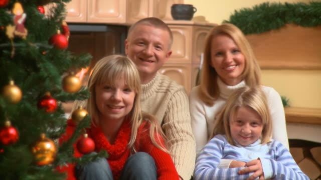 vídeos de stock e filmes b-roll de hd: feliz natal espírito - família com dois filhos