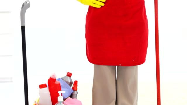 vídeos y material grabado en eventos de stock de feliz mujer de la limpieza mostrando muy bien. - guantes de protección