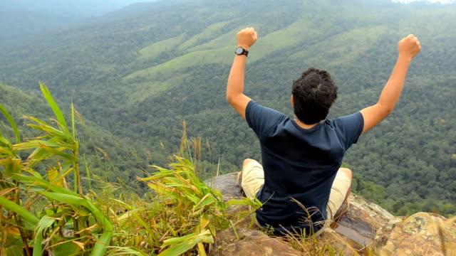vídeos de stock e filmes b-roll de feliz, levantar seus braços alpinista - escalada livre