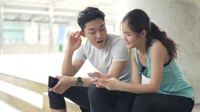 幸せなカップルや若い研修後、経験を共有スポーツ - 頭にかぶるもの点の映像素材/bロール