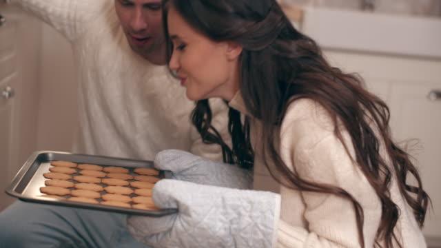 vídeos de stock e filmes b-roll de happy couple baking christmas cookies - fazer doces