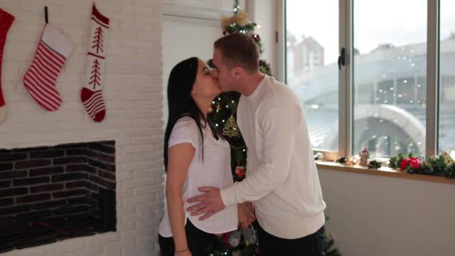 幸せなカップルのクリスマス ツリーが - 赤ちゃんの靴点の映像素材/bロール