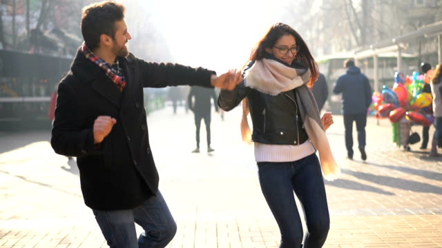 vídeos de stock e filmes b-roll de happy couple dancing on the street. - street dance