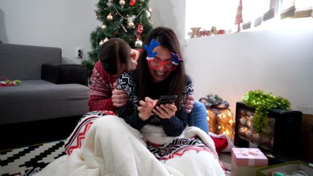 vidéos et rushes de heureux couple décoration sapin de noël dans leur maison. homme et femme ensemble célébrer noël ou nouvel an de sourire. arbre de noël decoration.family - {{relatedsearchurl(carousel.phrase)}}