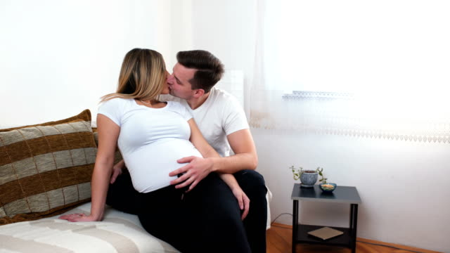 vidéos et rushes de couples heureux attendant le bébé - embrasser sur la bouche