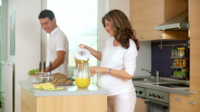 DOLLY HD: Glückliches Paar mit Frühstück