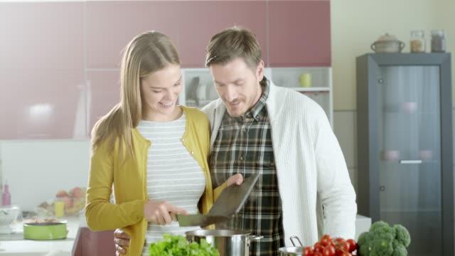 vídeos y material grabado en eventos de stock de pareja feliz en la cocina - happy meal