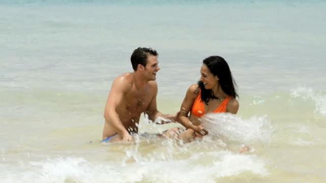 幸せなカップルの海