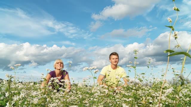 vidéos et rushes de hd ralenti: couple heureux sautant haut - bras en l'air