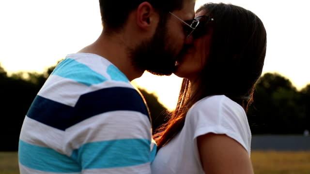 glückliches paar küssen - weitere themen stock-videos und b-roll-filmmaterial