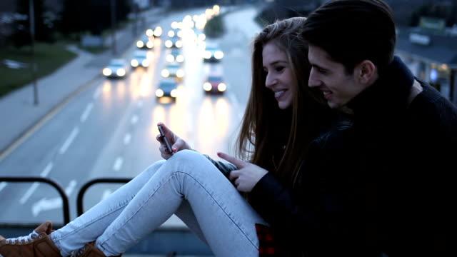 Feliz pareja para hacer video llamada