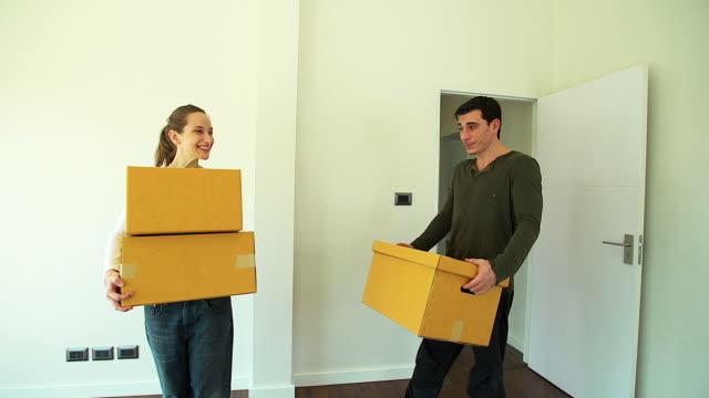 HD : Glückliches Paar Umzug in neues Haus mit Karton Kartons