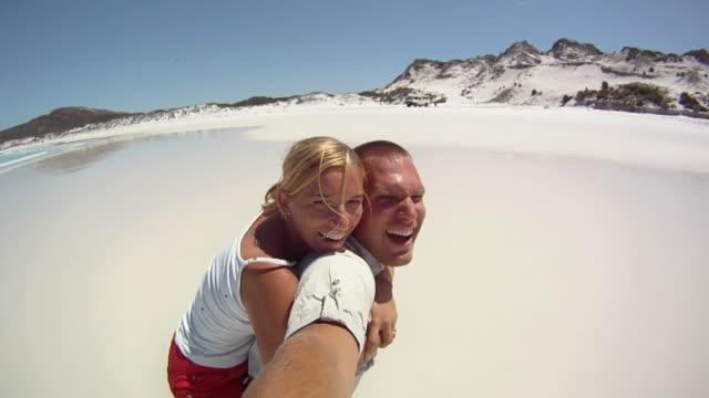 HD-SLOW-MOTION: Glückliches Paar am Strand