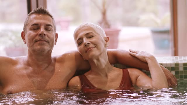 glückliches paar entspannung im whirlpool - spa stock-videos und b-roll-filmmaterial
