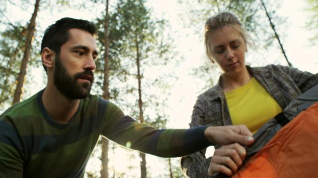 vídeos de stock e filmes b-roll de happy couple setting up tent - 20 24 anos