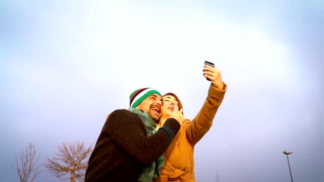 hd:セルフィーを取る屋外幸せなカップル - 自画像点の映像素材/bロール