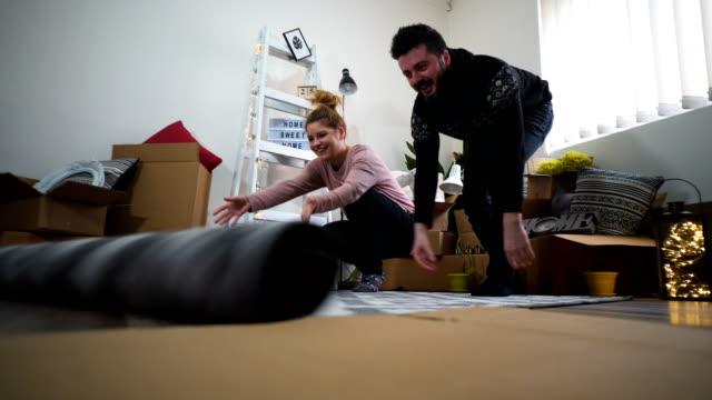 幸せなカップルのループ カーペットや自宅の床の敷物 - ラグ点の映像素材/bロール