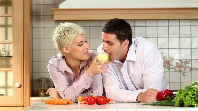 coppia felice contro mela fresca - nutrire video stock e b–roll