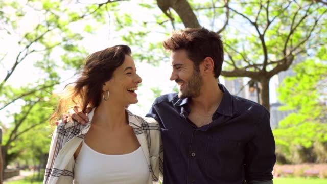 公共公園を歩く幸せなカップル - プエルトマデロ点の映像素材/bロール