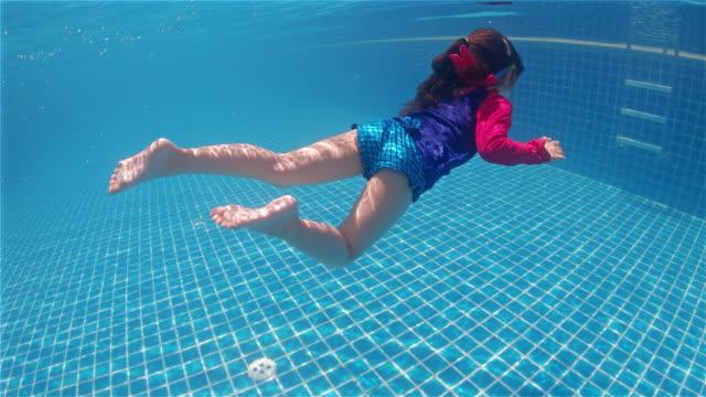 幸せなかわいい小さな女の子のプール - 女児1人点の映像素材/bロール