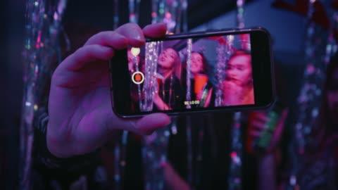 スマート フォンの画面で見られる幸せ踊るティーンエイ ジャー - generation z点の映像素材/bロール