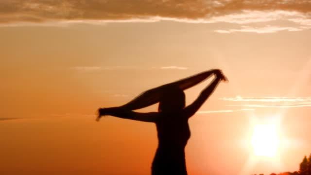 vídeos y material grabado en eventos de stock de mujer feliz bailando en la puesta de sol - brazo humano