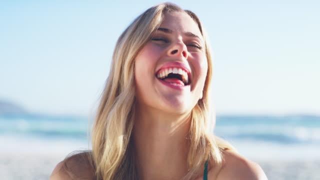 frohe tage! der sommer ist da! - blondes haar stock-videos und b-roll-filmmaterial