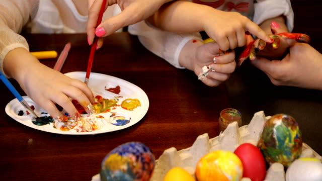 復活節快樂!我們喜歡在準備復活節時玩得開心 - 藝術和手工藝 個影片檔及 b 捲影像