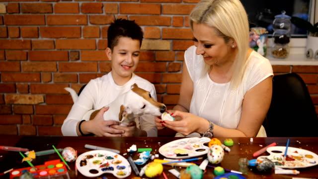 glad påsk! vi älskar att ha kul när vi förbereder oss för påsk - påsk bildbanksvideor och videomaterial från bakom kulisserna