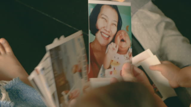 vídeos de stock e filmes b-roll de happy family and photo album - imagem