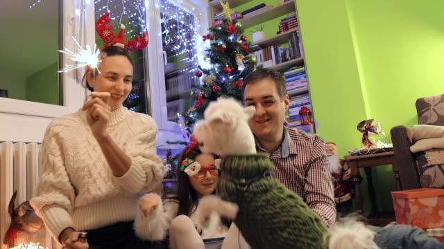 glückliche familie feiert weihnachten und silvester zu hause - silvester stock-videos und b-roll-filmmaterial