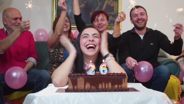 vídeos de stock, filmes e b-roll de família feliz comemorando aniversário - número 26