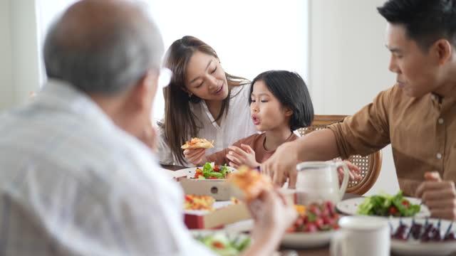 vídeos y material grabado en eventos de stock de la familia feliz disfruta comiendo en un almuerzo en casa en vacaciones - voz
